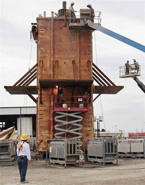 V americkém přístavu Port Fourchon se vyrábí speciální kopule, která má na mořském dně zakrýt  místa, ze kterých uniká ropa do Mexického zálivu. (4. května 2010)