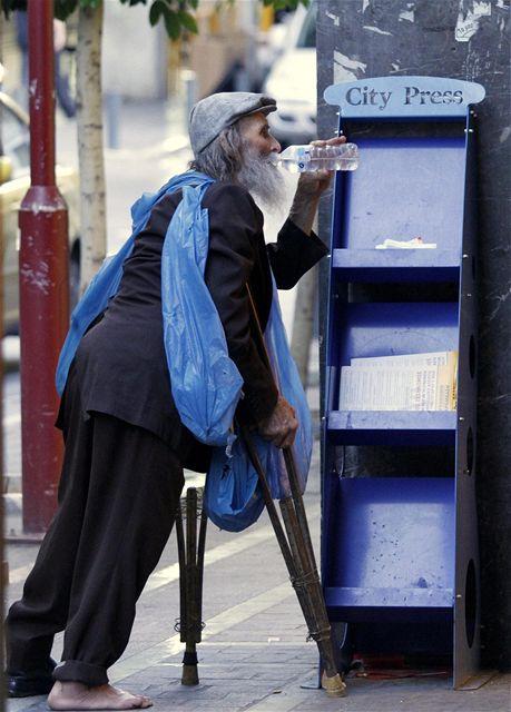 Bezdomovec v centru Atén