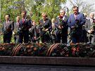 Státníci kladou květiny u hrobu neznámého vojína na oslavách 65. výročí vítězství v II. světové válce v Moskvě (9. května 2010)