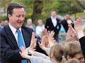 Poslední hodiny volební kampaně. Na snímku David Cameron v Newtownu ve Walesu (5. května 2010)