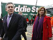 Poslední hodiny volební kampaně. Na snímku Gordon Brown s ženou Sárou v obci Carlisle v Anglii (5. května 2010)