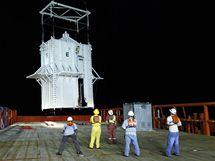 Společnost British Petoleum spustila do Mexického zálivu obří kontejner. Stotunová konstrukce má zabránit katastrofickému úniku ropy (7. května 2010)