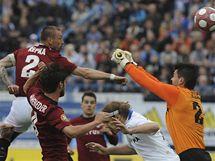 VLASTNÍ GÓL. Sparťanský obránce Tomáš Řepka (vlevo) nešťastně tečuje míč za záda vlastního gólmana v zápase proti Baníku Ostrava.