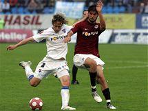 Sparťanský fotbalista Niklas Hoheneder blokuje střelu ostravského Mária Ličky.