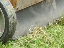 """Výhozový otvor zakrývá gumová """"plenta"""", aby se zabránilo odlétávání kamínků"""
