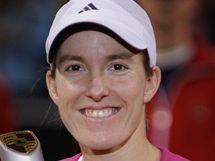 RADOST. Justine Heninová třímá trofej ze Stuttgartu, kde získala první turnajový triumf po návratu na tenisové kurty