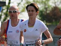 Martina Sáblíková (s číslem 9961) na trati štafetového běhu v rámci Pražského maratonu 2010