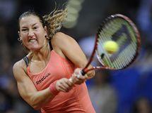 Izraelská tenistka Shahar Peerová se soustředí na odehrání míčku během zápasu s Belgičankou Heninovou na turnaji ve Stuttgartu.