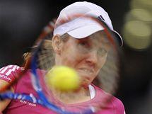 Belgičanka Justin Heninová během zápasu s Izraelkou Peerovou na turnaji ve Stuttgartu.