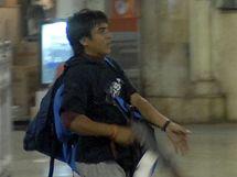 Bombajský terorista Muhammad Kasáb, jak ho zachytily kamery při teroru v Bombaji v roce 2008