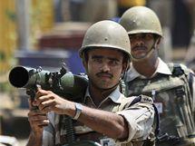 Indické bezpečnostní složky střeží speciální soud, který shledal vinným atentáníka z Bombaje Muhammada Kasába (3. května 2010)