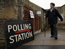 Parlamentní volby v Británii. Na snímku voliči v Sheffieldu  (6. května 2010)
