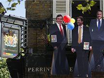 Podobizny šéfů tří nejsilnějších politických stran na balkoně jedné z hospod v Londýně (6. května 2010)