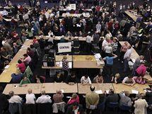 Britové sčítají hlasy během parlamentních voleb (6. května 2010)