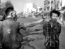 Jihovietnamský generál Nguyen Ngoc Loan střílí 1. února 1968 na ulici Saigionu do hlavy údajného důstojníka vietkongu Nguyen Van Lema, známého jako Bay Lop.