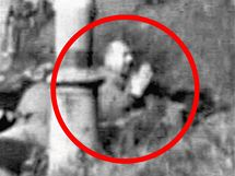Postřelený německý civilista se před smrtí modlí.