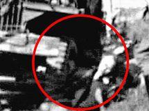 Nákladní automobil doráží zraněné muže.