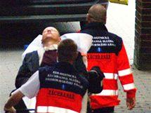 Zdravotníci odváží Bohuslava Sobotku zraněného po útoku na mítinku v Brně. (5. května 2010)