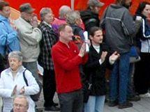 Luboš Dvořák (uprostřed v červeném) na brněnském mítinku ČSSD ještě před svým útokem na Bohuslava Sobotku. (5. května 2010)