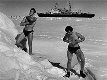 Posádka ruského ledoborce Lenin s jaderným pohonem na zamrzlém Severním ledovém oceánu.
