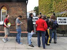 Fronta před volební místností v Londýně. (6. května 2010)