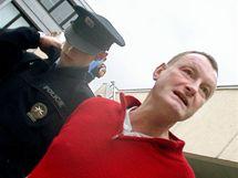 Policie odvádí 48letého Luboše Dvořáka, který dal na mítinku ČSSD v Brně pěstí Bohuslavu Sobotkovi.