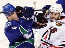 V ostrém střetu Sami Salo z Vancouveru (vlevo) a Andrew Ladd z Chicaga.