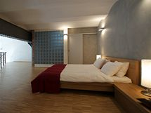 """Industriální charakter prostoru """"zjemňuje"""" dřevěná podlaha i dřevěný nábytek"""