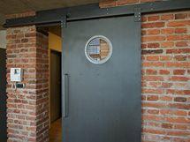 """Posuvné ocelové dveře představují zajímavý """"industriální"""" detail"""