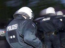 Radikálové zranili při prvomájových oslavách v Německu stovku policistů