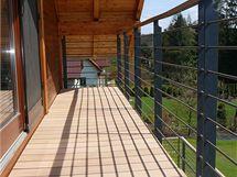 Dřevěná terasa se po deseti letech rozpadla. Novou si proto postavili z woodplasticu