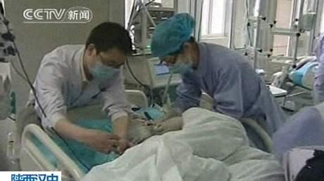 Lékaři ošetřují jedno z dětí, které zranil útočník ve školce v provincii Šan-si. (12. května 2010)