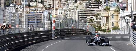 Michael Schumacher v ulicích Monaka při prvním tréninku na Velkou cenu