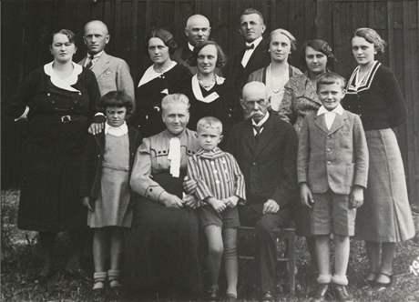 Dynastie Erbenových, dědeček (druhý zprava dole) a tatínek (druhý zleva nahoře)