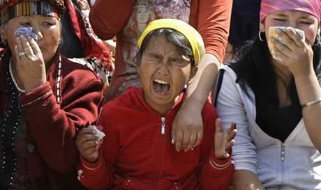 Ženy oplakávají jednu z obětí násilných střetů v kyrgyzském Džalalabádu (květen 2010)