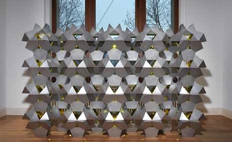 Olafur Eliasson: Hvězdy soumraku, 2010; hliník, barevné zrcadlo, 265 x 425 x 128 cm