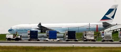 Airbus A340 na odstavné ploše vancouverského letiště poté, co někdo nahlásil, že je na jeho palubě bomba (15. května 2010)
