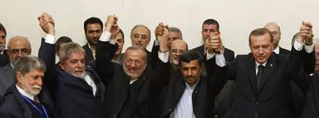 Politici se radují po podepsání smlouvy o vývozu íránského uranu výměnou za jaderné palivo.