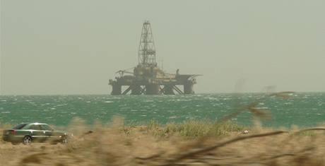 Jedna z mrtvých ropných plošin v Azerbajdžánu