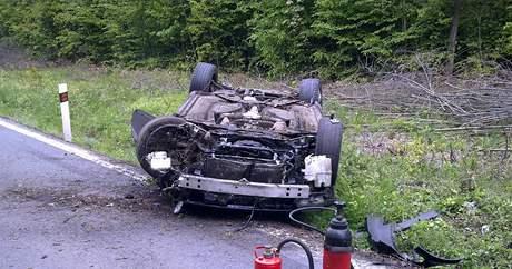 Auto po tragické nehodě zůstalo na střeše. (15. května 2010)