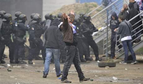 Policisté zasahují proti fanouškům Baníku. (15. května 2010)