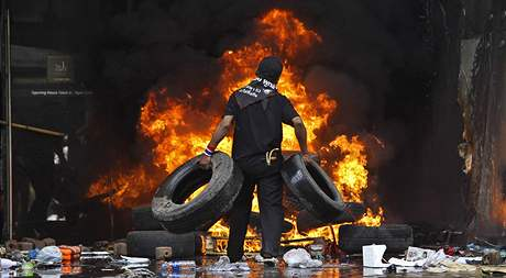 Skupinky vzbouřenců se nevzdaly ani po zásahu armády a začaly zapalovat budovy (19. května 2010)