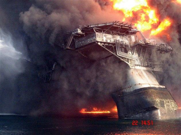 Vrtná plo�ina Deepwater Horizon na snímku z 22. kv�tna, p�ed tím, ne� se potopila na dno Mexického zálivu
