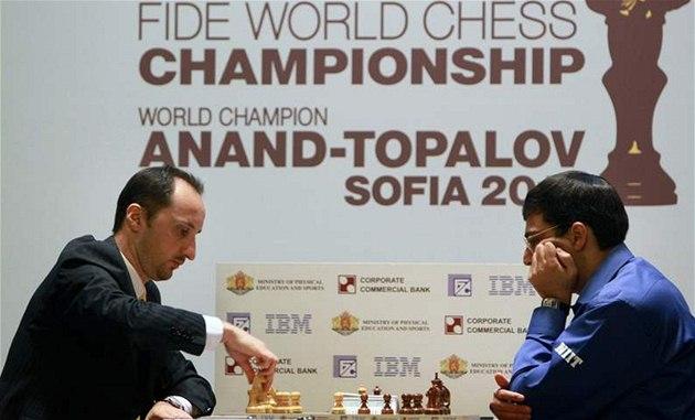 Vi�vánathán Ánand (vpravo) hraje o titul �achového mistra sv�ta s Bulharem Veselinem Topalovem.