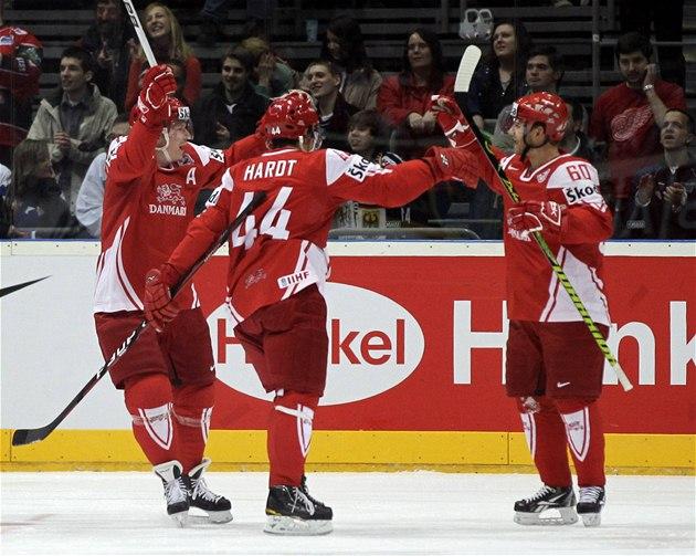 Dánové  Morten Green, Nichlas Hardt a Mads Christensen (zleva) se radují z gólu v zápase se Slovenskem.