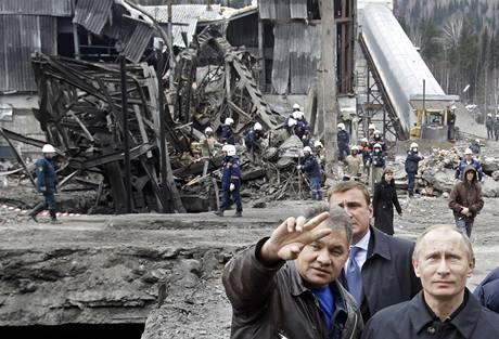 Ruský premiér Putin u dolu Raspadskaja. (11. května 2010)