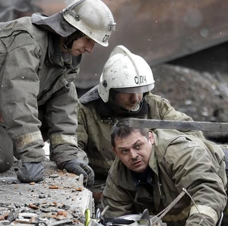 V dole Raspadskaja pokračují záchranné práce, pod zemí jsou stále desítky horníků. (11. května 2010)