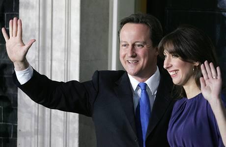 Nový britský ministerský předseda David Cameron s manželkou Samanthou po příjezdu do Downing Street 10. (11. května 2010)