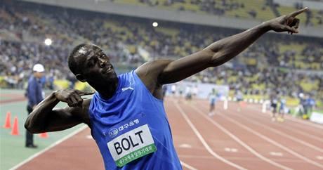 Usain Bolt svým typickým způsobem slaví triumf v závodě na 100 metrů v jihokorejském Tegu (19.5.2010)