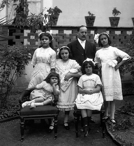 Frida jako malá holčička, 1911 (první zprava)